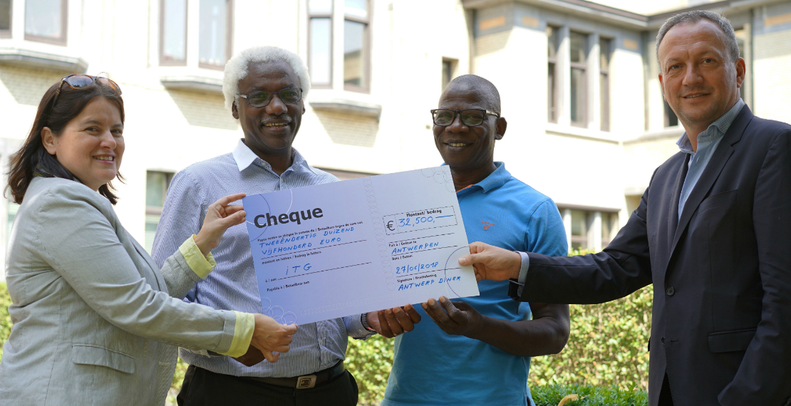 Lazare Manirankunda and Charles Ddungu (centre) of HIV-SAM received the check from Antwerp Diner's Frank de Neef (right) and Sylvia van Craen (left).