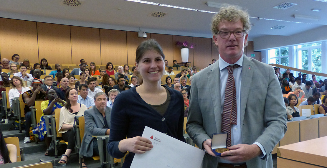 ITM's Mieke Stevens (Department of Biomedical Sciences) is accepting the award on behalf of the students