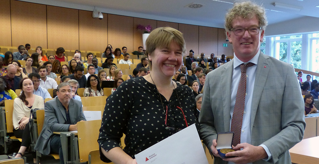 ITM's Tine Verdonck (Department of Public Health) is accepting the award on behalf of the students